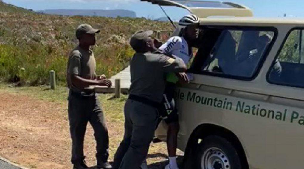 Nicholas Dlamini soffre di un braccio rotto dopo un incidente con i ranger del parco in Sudafrica